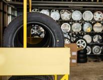Автошины и колеса показаны перед магазином Стоковые Изображения RF