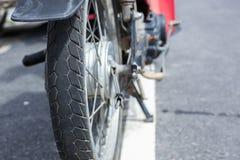 автошины старого мотоцикла резиновые стоковая фотография