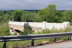 Автодорожный мост над некоторыми железнодорожными путями стоковая фотография