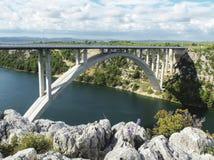 Автодорожный мост Krka около городка Skradin в Хорватии Стоковые Изображения