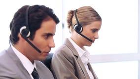Агенты центра телефонного обслуживания работая в их офисе акции видеоматериалы