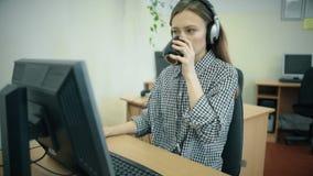 Агенты центра телефонного обслуживания работая в их ярком офисе сток-видео