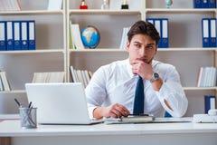 Агент бизнесмена работая в офисе Стоковое Изображение RF