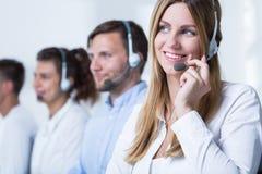 Агент звонка работая в tele обслуживании стоковая фотография rf