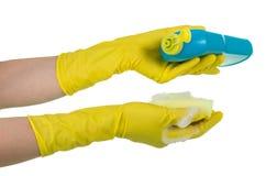 Агент и губка чистки в женских руках изолированных на белой предпосылке Стоковые Фотографии RF