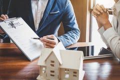 Агент маклера по операциям с недвижимостью представляя и советует с к клиенту к d стоковые изображения