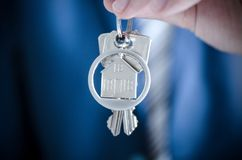 Агент недвижимости держа ключ нового конца квартиры вверх Стоковые Фото