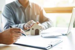 Агент недвижимости для того чтобы представить свойство & x28; house& x29; к клиенту стоковое фото rf