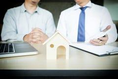 Агент недвижимости для того чтобы представить свойство & x28; house& x29; к клиенту стоковые фото