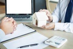 Агент недвижимости для того чтобы представить свойство & x28; house& x29; к клиенту стоковые фотографии rf