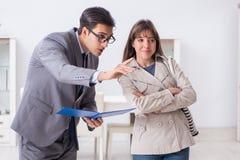 Агент недвижимости показывая новое свойство квартиры к клиенту стоковая фотография rf