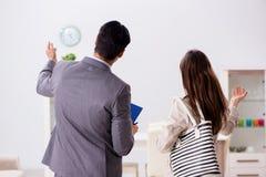 Агент недвижимости показывая новое свойство квартиры к клиенту стоковое изображение