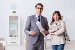 Агент недвижимости показывая новое свойство квартиры к клиенту стоковое фото
