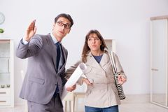 Агент недвижимости показывая новое свойство квартиры к клиенту стоковые изображения rf