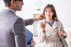 Агент недвижимости показывая новое свойство квартиры к клиенту стоковая фотография