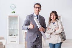 Агент недвижимости показывая новое свойство квартиры к клиенту стоковые фотографии rf