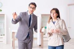 Агент недвижимости показывая новое свойство квартиры к клиенту стоковое фото rf