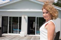 Агент недвижимости женщины перед домом для продажи Стоковые Фотографии RF