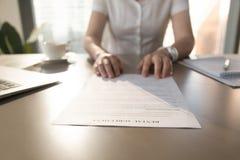 Агент недвижимости предлагает клиента для подписания договора об аренде, closeu стоковое фото