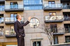 Агент недвижимости представляя свойство стоковые фото