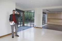 Агент недвижимости фотографируя новое свойство Стоковые Фото