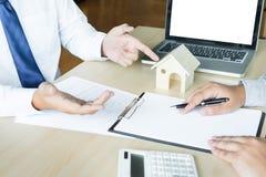 Агент недвижимости для того чтобы представить свойство & x28; house& x29; к клиенту стоковое фото