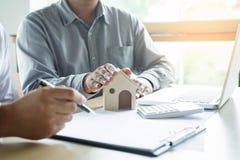 Агент недвижимости для того чтобы представить свойство & x28; house& x29; к клиенту стоковое изображение rf