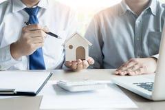 Агент недвижимости для того чтобы представить свойство & x28; house& x29; к клиенту стоковая фотография rf