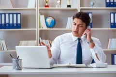 Агент оператора бизнесмена работая в офисе Стоковые Фото