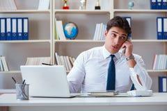 Агент оператора бизнесмена работая в офисе Стоковые Фотографии RF