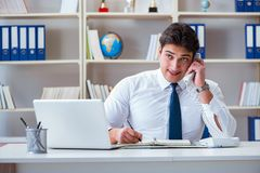 Агент оператора бизнесмена работая в офисе Стоковые Изображения RF