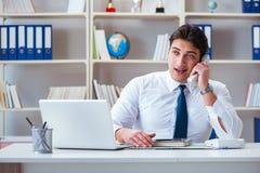 Агент оператора бизнесмена работая в офисе Стоковые Изображения