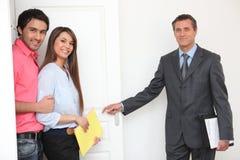 Агент по продаже недвижимости показывая свойство стоковые фото