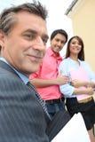 Агент по продаже недвижимости продавая свойство стоковое фото rf