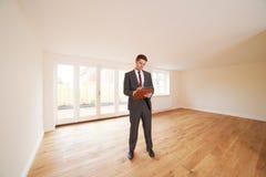 Агент по продаже недвижимости смотря вакантное свойство стоковые фотографии rf