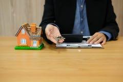 агент риэлтора с моделью дома & домашним ключом покупать арендующ свойство недвижимости стоковые изображения rf