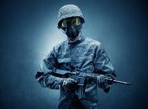 Агент солдата в темном пространстве с оружиями стоковая фотография