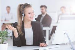 Агент центра телефонного обслуживания используя компьютер Стоковые Изображения RF