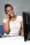 Агент центра телефонного обслуживания говоря к клиенту Стоковая Фотография RF