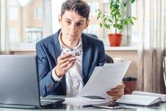 Агент человека держа игрушку и документы автомобиля для регистрации автомобиля Концепция продажи покупки и проката перехода стоковое фото
