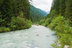 Агитированное река которое бежит через долину в горах северной Италии стоковая фотография