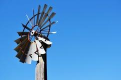 Аграрная ветрянка против голубого неба стоковая фотография