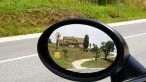 Аграрная ферма в отражении зеркала заднего вида Стоковые Фотографии RF