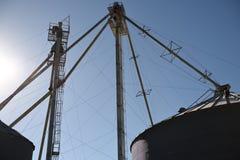 Аграрные стальные силосохранилища, трубки и трубы зерна используемые для обрабатывать землю стоковое изображение