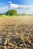 Аграрный ландшафт с вспаханным полем Стоковые Фото