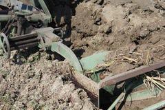 аграрный край вспахивая работу Стоковое Фото