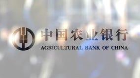 Аграрный логотип Государственного банка Китая на стекле против запачканной толпы на steet Редакционный перевод 3D акции видеоматериалы