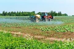 Аграрный спрейер машины, обрабатывать полей химикатов, защищая fields против бичей стоковое изображение