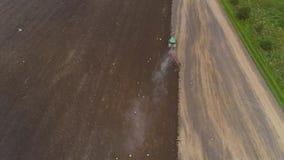 Аграрный трактор вспахивает большое поле видеоматериал