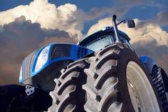 Аграрный трактор на предпосылке захода солнца Стоковая Фотография RF